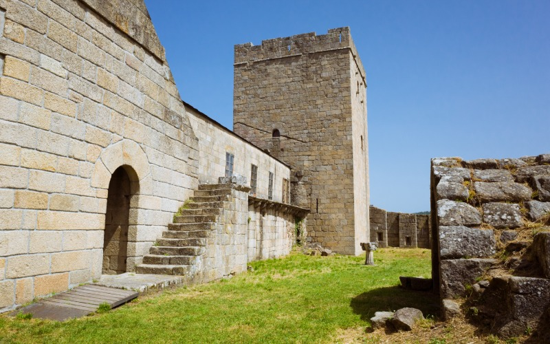 Una de las puertas del castillo