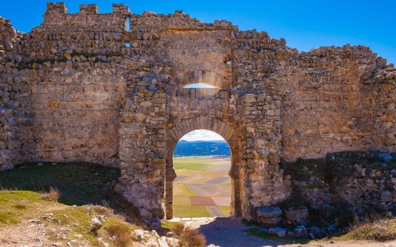 Vista interior de la doble luz de la puerta califal del castillo de Gorrmaz