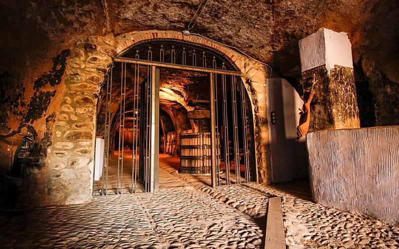 Una de las bodegas-cueva del barrio