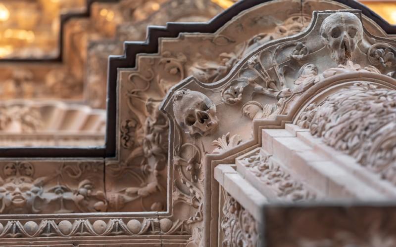 Detalle de la rana sobre la calavera en la fachada de la Universidad de Salamanca