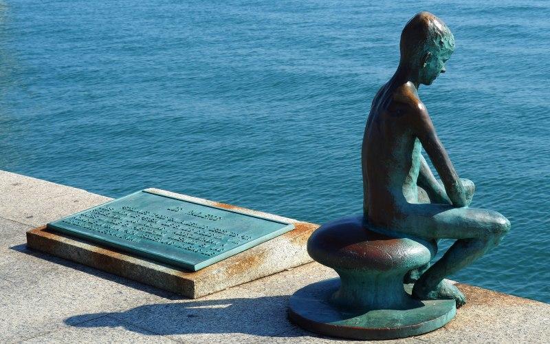 La placa que complementa el monumento de los raqueros