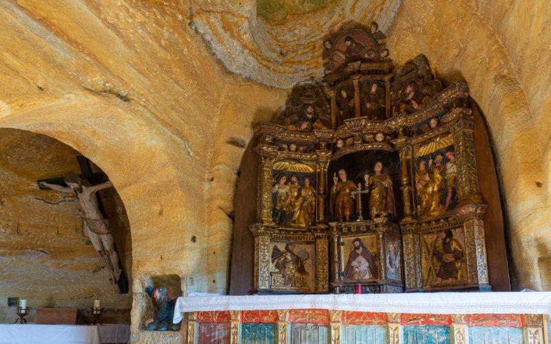 Retablo y cristo del eremitorio rupestre de Olleros de Pisuerga