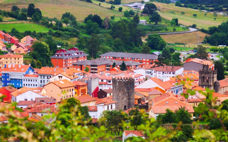 Vista desde las afueras del bonito pueblo de Salas
