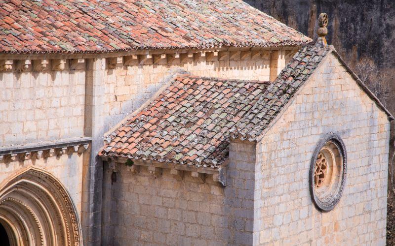 Detalle de la cubierta y de la puerta de entrada de San Bartolomé de Ucero