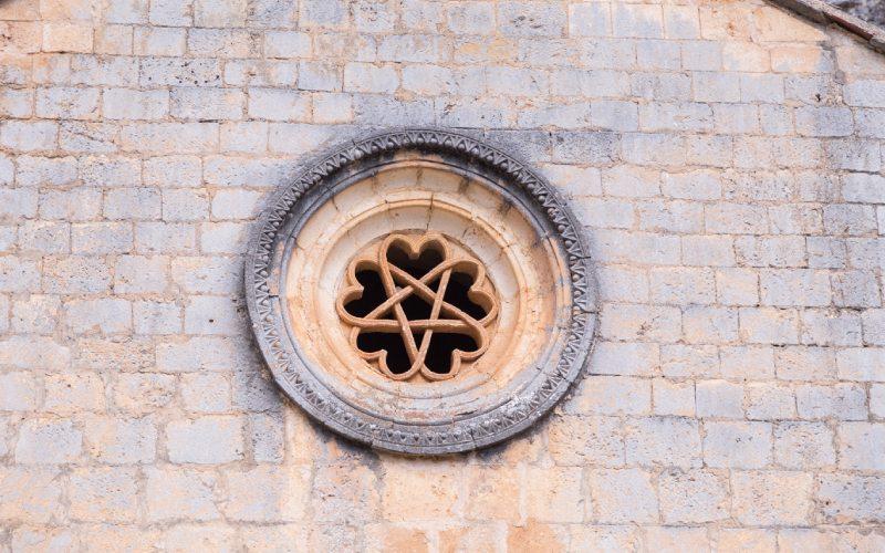 Rosetón de corazones entrelazadosde la puerta de entrada de San Bartolomé de Ucero