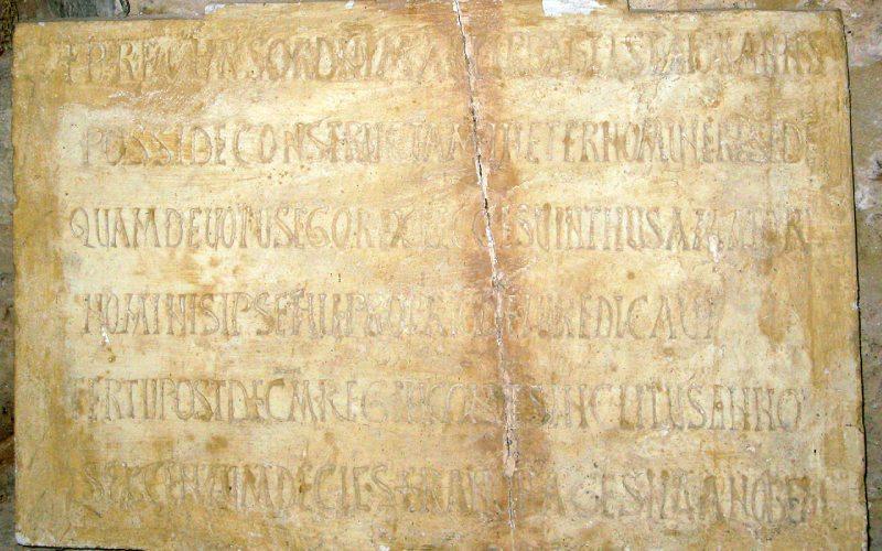 Lápida con la inscripción fundacional