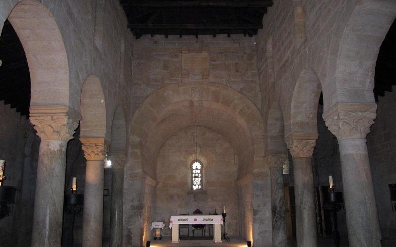Ábside de San Juan de Baños con la réplica de la corona votiva de Recesvinto