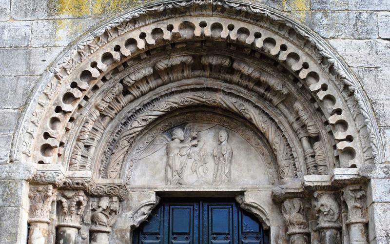 Portada norte de la iglesia de San Xoán de Portomarín