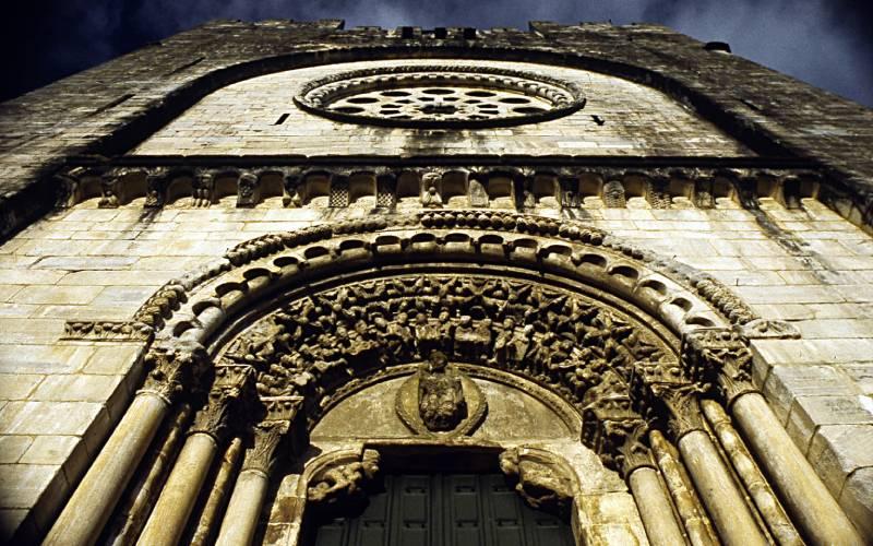 Portada oeste de la iglesia de San Xoán con los 24 ancianos del Apocalipsis