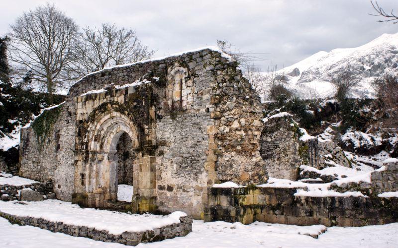Ruinas nevadas de la Iglesia de San pedro de Plecín en Alles