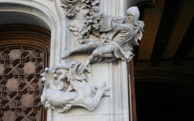 Representación escultórica de San Jorge y el dragón, en la fachada modernista de la Casa Amatller, Barcelona