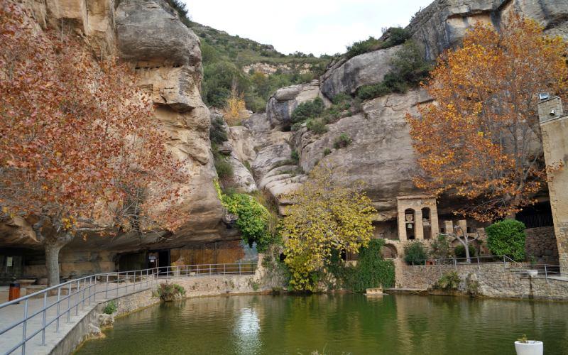 Unas vistas del Monasterio de Sant Miquel del Fai, Cataluña, España