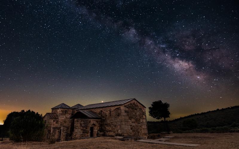 Santa Lucía del Trampal bajo un cielo estrellado