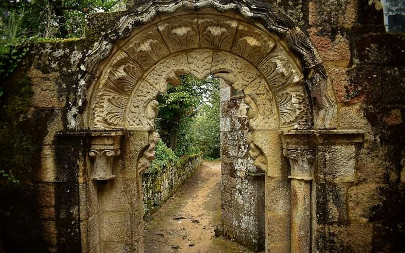 Detalle del pórtico que da acceso al claustro del monasterio de Santa Cristina