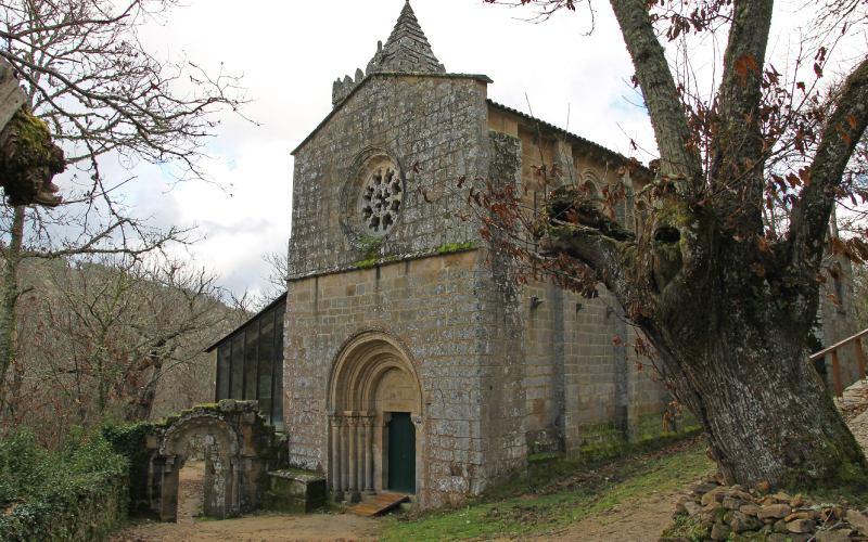 Imagen de la fachada del monasterio de Santa Cristina, adornada por el rosetón