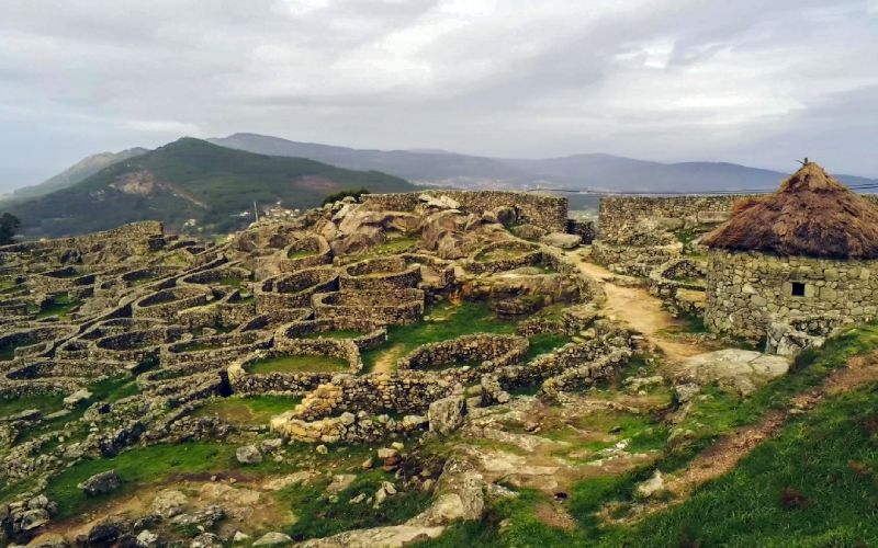 Vista general del castro de Santa Tecla, con la reconstrucción a la derecha
