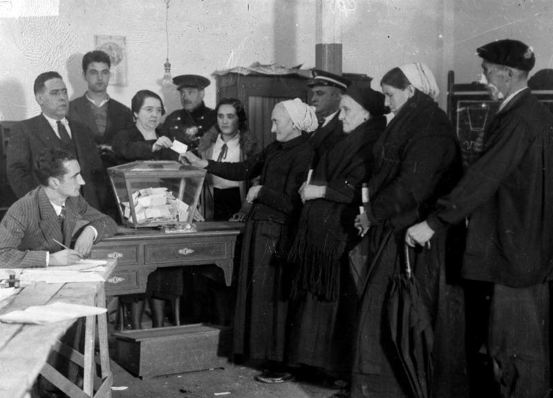 Mujeres votan el Estatuto Vasco durante la II República