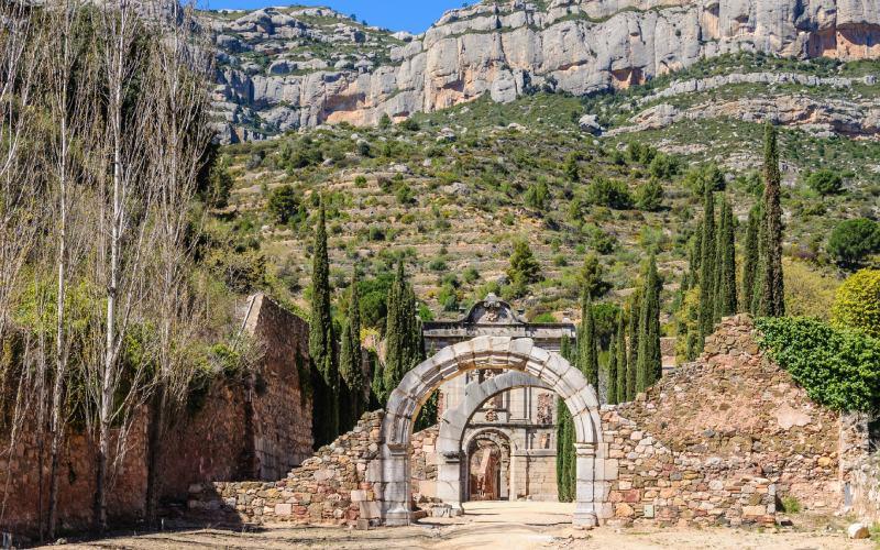 La Cartuja de Escaldei presidida por la Serra Montsant