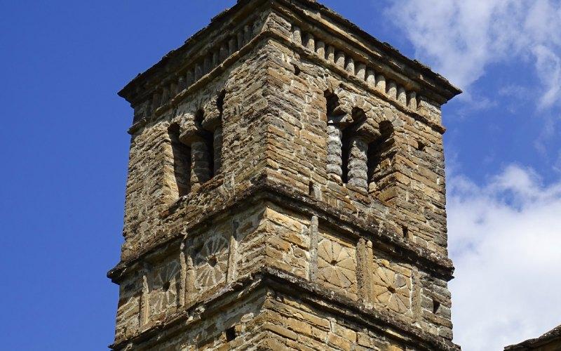 Detalle de la torre de San Bartolomé de Gavín