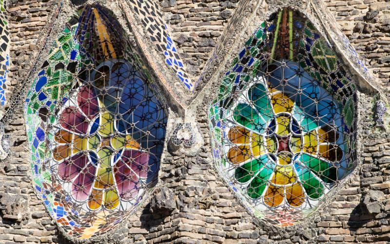 Ventanales de la fachada de la cripta