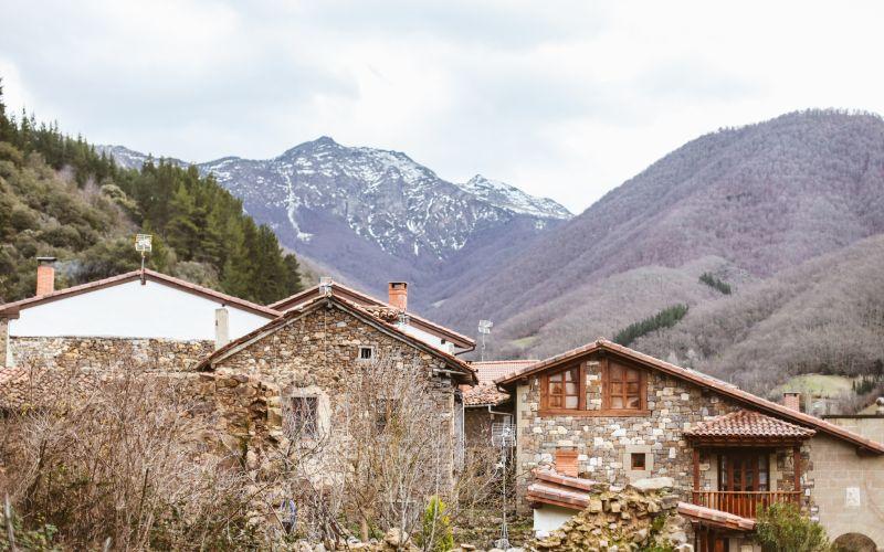 Pueblo de Isoba con los Picos de Europa de fondo