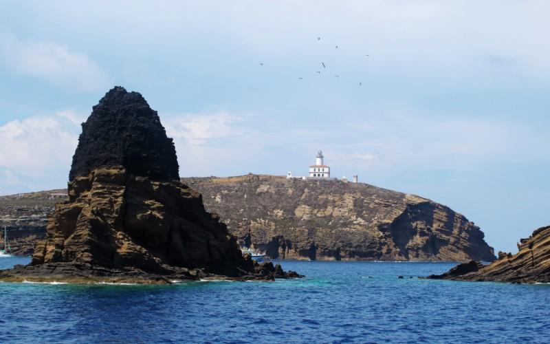 Las islas Columbretes con el faro de fondo