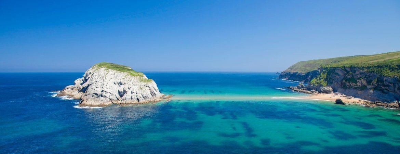 La isla de Castro unida a la playa de Covachos