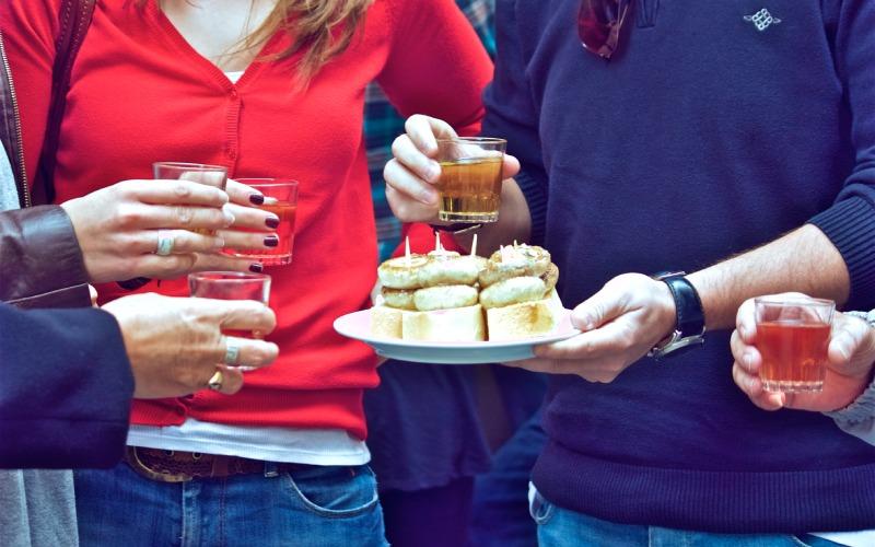 Pincho de champiñones en la calle del Laurel de Logroño. | Shutterstock