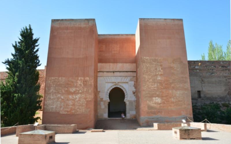 Puerta de los siete suelos de la muralla de la Alhambra de Granada