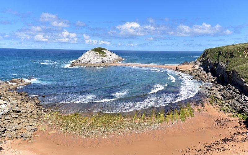 La playa Covachos en bajamar unida a la isla de Castro