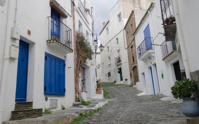 Calle del casco antiguo de Cadaqués. | Shutterstock