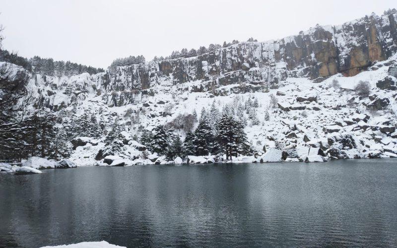 Vistas de la Laguna Negra nevada en invierno