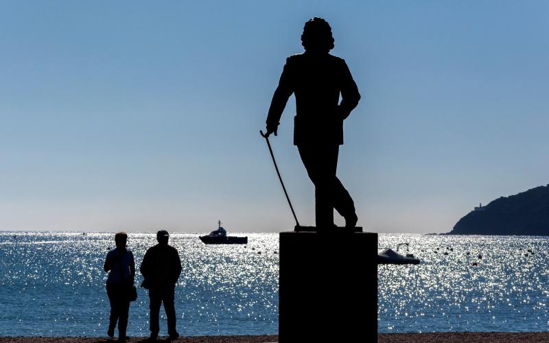 Estatua en homenaje a Salvador Dalí en Cadaqués
