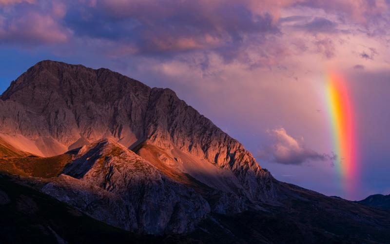 Arcoíris detrás del pico de Peña Ubiña