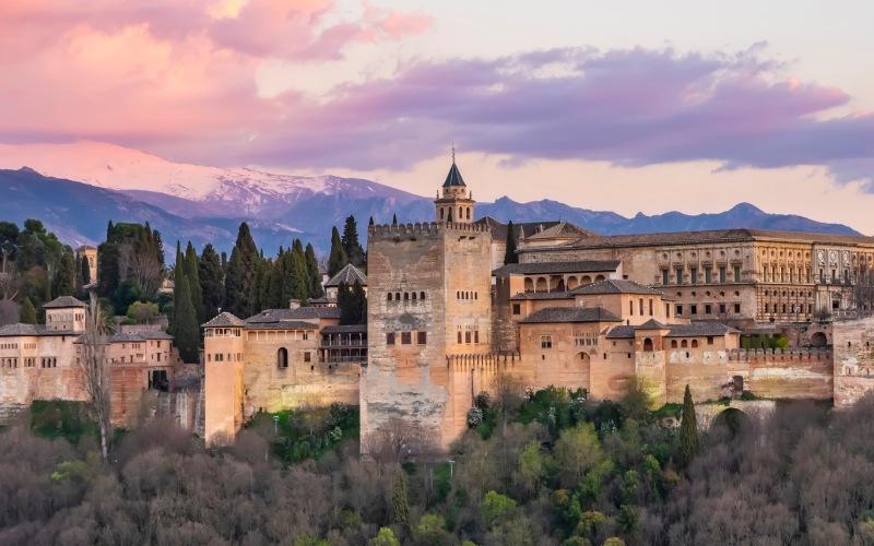 Vistas del paisaje con la Alhambra de Granada al fondo