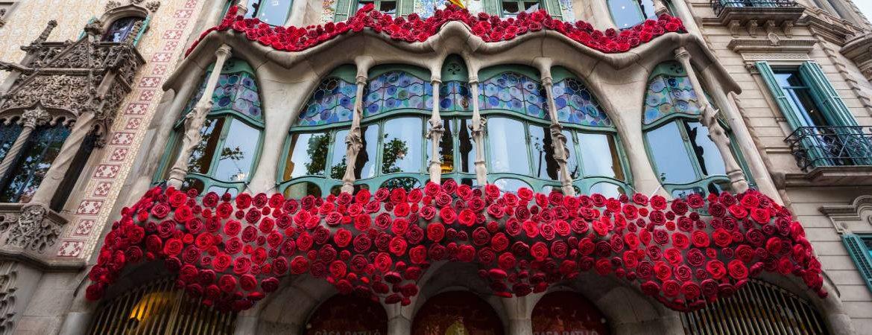 Balcones de la Casa Batlló llenos de rosas rojas en Sant Jordi