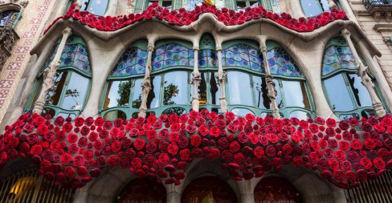 La casa que cuenta la leyenda de Sant Jordi en su fachada