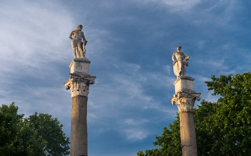 Columna de Hércules en La Alameda de Hércules de Sevilla. | Shutterstock
