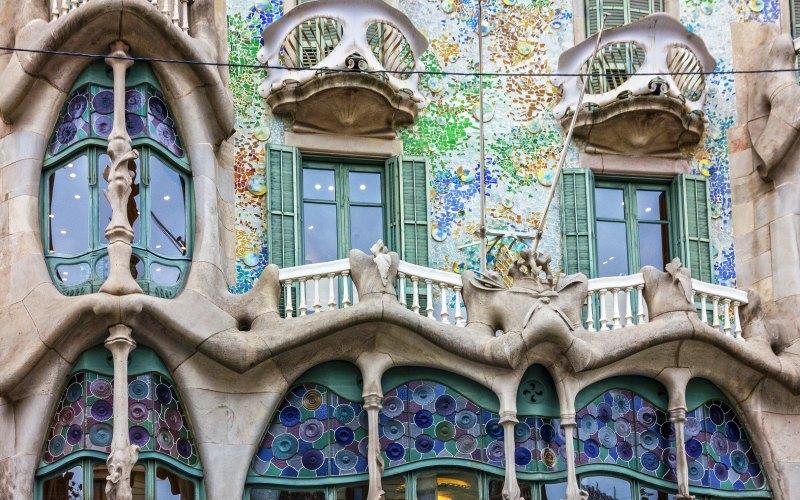 Balcones de la Casa Batlló que representan la muerte y los huesos. | Shutterstock