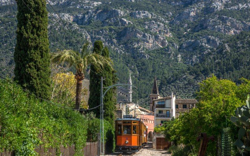 El tren de Sóller atraviesa la Serra de Tramuntana