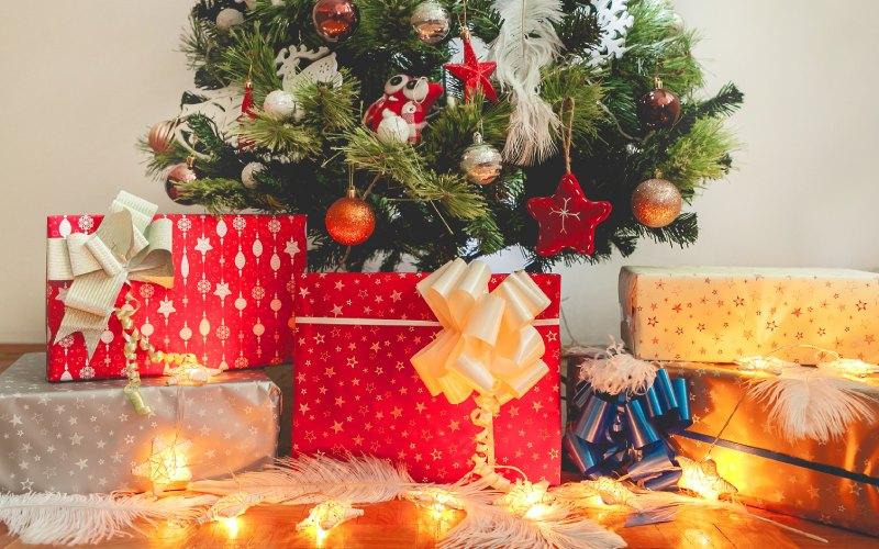 Regalos bajo árbol de navidad. | Shutterstock