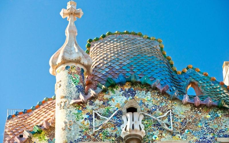 Tejado que representa al dragón, la espada de Sant Jordi y el balcón de la princesa de la Casa Batlló