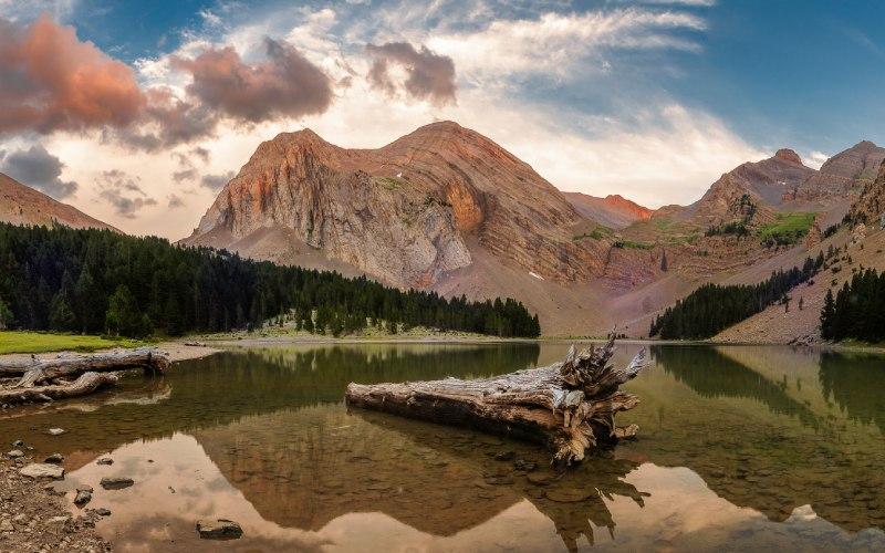 Lago en los Pirineos de Sobrarbe geoparque