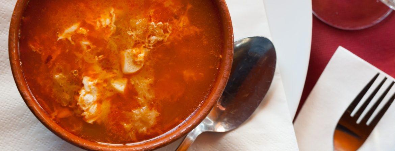 Plato de sopa de ajo. | Shutterstock