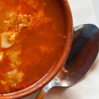 Sopa de ajo o sopa castellana, un plato humilde pero delicioso