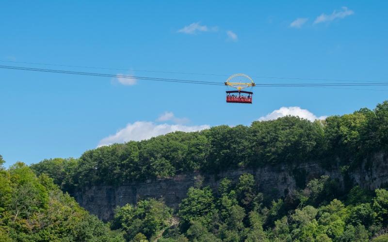 Teleférico suspendido sobre las Cataratas del Niágara