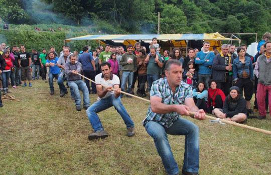 tiru-de-cuerda-en-tierra-juegos-tradicionales-asturianos