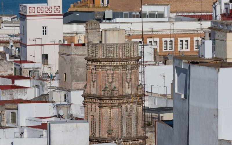 Detalle de La Bella Escondida, surgiendo entre los tejados de la ciudad de Cádiz