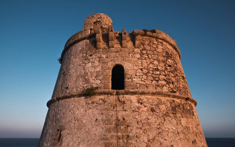 Primer plano de la Torre de Cap de Barbaria