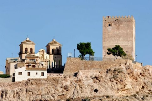 La Torre del Homenaje junto a la Iglesia de Santa María la Real